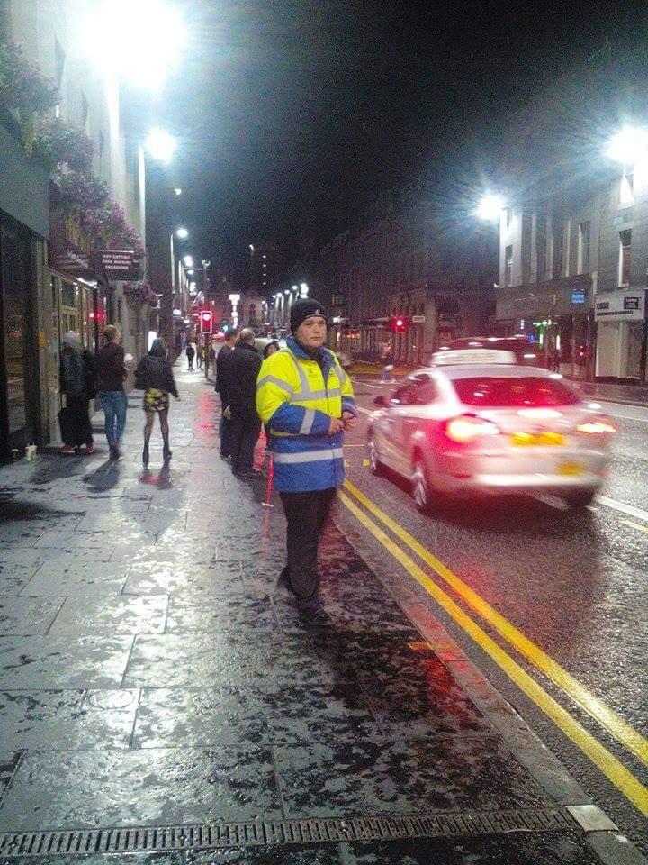City marshal yang ngebantuin nyari taksi.